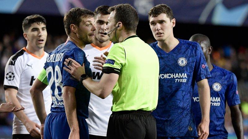 KRANGLING: Kampleder Felix Zwayer var i fokus flere ganger da Chelsea og Valencia møttes på Mestalla.