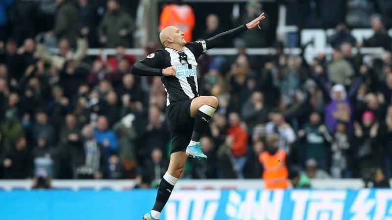 REDDET POENG: Jonjo Shelvey banket inn utligningen for Newcastle mot Manchester City.