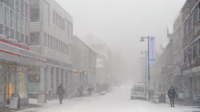 SNØSTORM: Det er ventet storm og store snømengder i Nord-Norge de neste dagene. Bildet viser snøstorm i Tromsø for noen år tilbake.