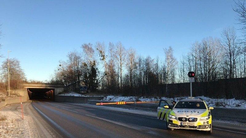 STENGTE TUNNEL: Hortenstunnelen, riksvei 19, ble stengt etter ulykken mandag formiddag.