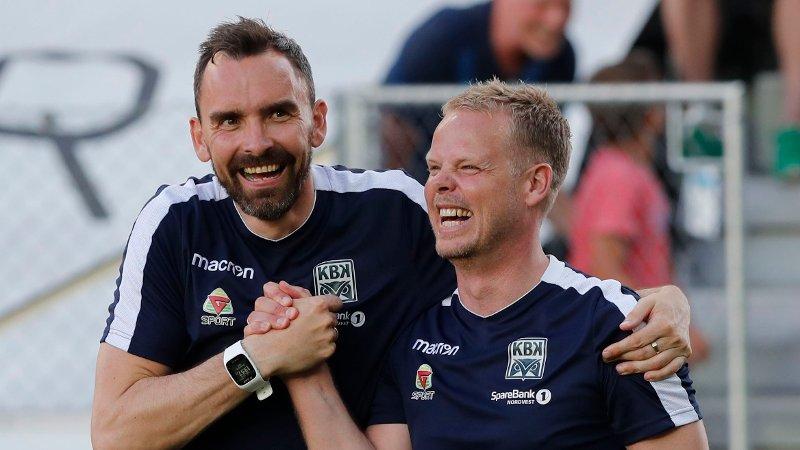 SPLITTES: Kristiansunds trenerduo Joakim Klæboe og Christian Michelsen. Her avbildet etter borteseieren mot Odd i 2018.