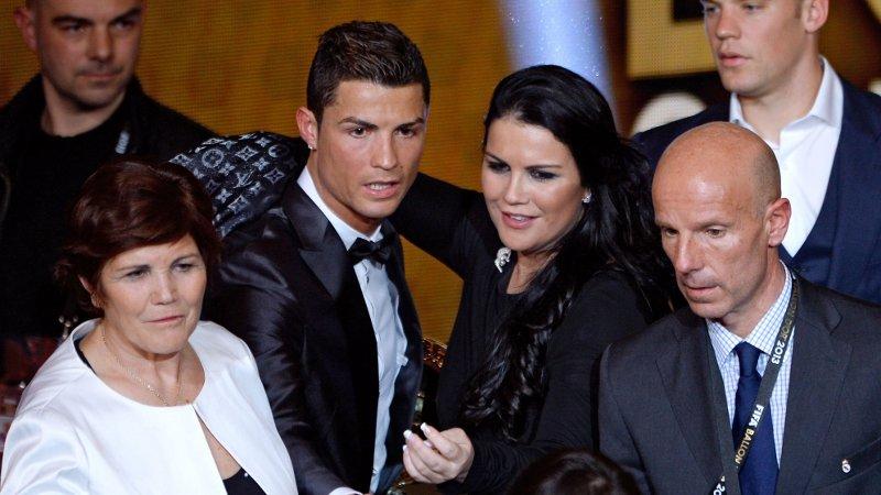 LANGER UT: Katia Aveiro, her sammen med broren Cristiano Ronaldo tilbake i 2014, fyrer løs mot Liverpools Virgil van Dijk.