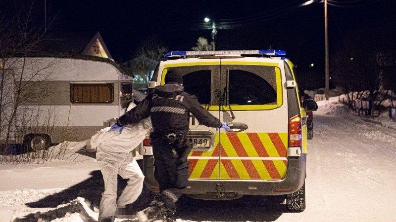 MANN FUNNET DREPT: Her blir antatt gjerningsperson i Lakselv fraktet bort av politiet. På stedet ble en mann funnet død, og politiet har startet drapsetterforskning.