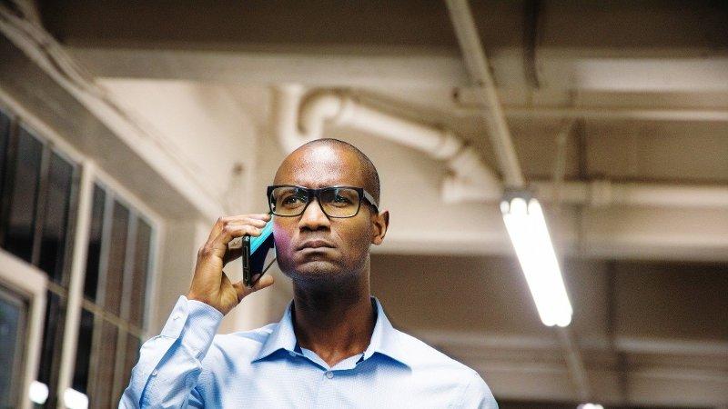 mann snakker i mobiltelefon