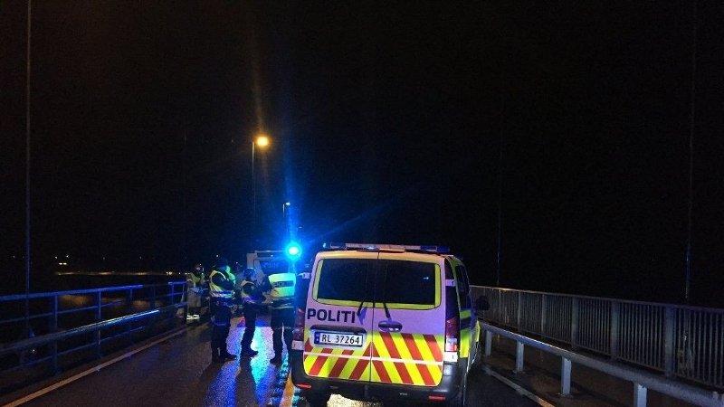 DØDSULYKKE: Politiet på plass på Stordbrua etter dødsulykken torsdag morgen. Ifølge vitner skal en gjenstand fra et vogntog ha truffet en personbil.