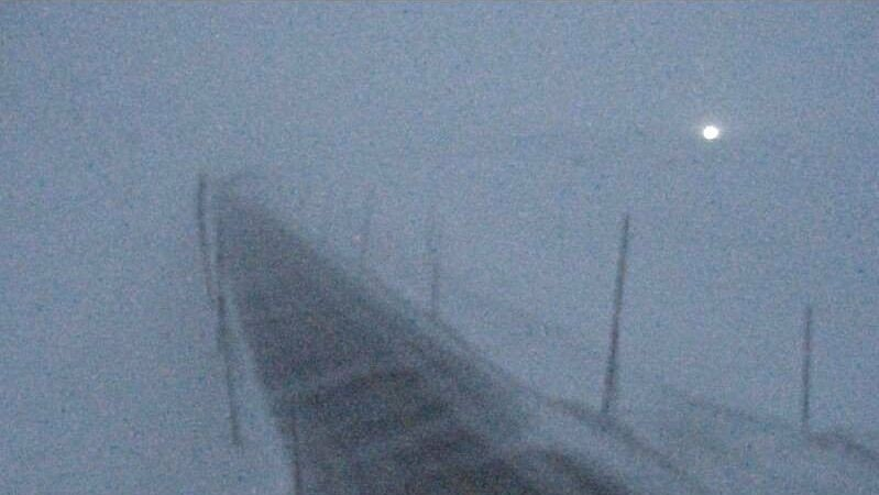 KOLONNEKJØRING: Utfordrende vær på flere fjelloverganger i Sør-Norge torsdag. Det er kolonnekjøring blant annet på riksvei 7 over Hardangervidda.
