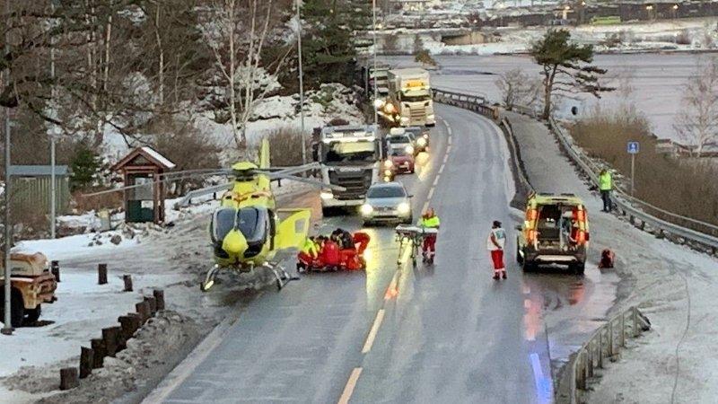 HENTET MED LUFTAMBULANSE: En person ble sittende fastklemt i bilvraket og måtte frigjøres før vedkommende ble fraktet til sykehus med luftambulanse etter ulykken på E16 ved Sundvollen torsdag.