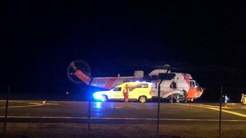 En kvinne i 80-årene omkom, og en kvinne i 40-årene ble alvorlig skadd i en kollisjon mellom to personbiler på E10 i Svolvær i Nordland i 20-tiden torsdag kveld.