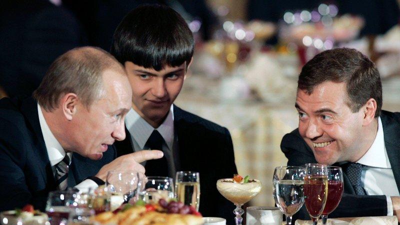 President Vladimir Putin avbildet sammen med Dmitrij Medvedev på julaften i 2007. Det sies at Putin valgte den lojale Medvedev til å sitte som president i perioden 2008 til 2012, for deretter å slippe til Putin igjen. Medvedev er per i dag statsminister.