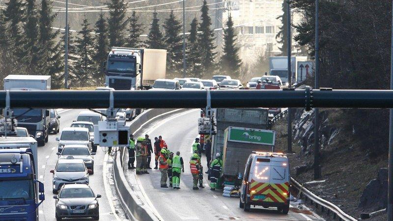 GLATTE VEIER: Redningsmannskaper på Abildsø i Oslo etter flere ulykker på E6 innover mot Oslo.