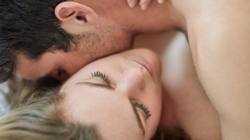 Bilde av et par hvor han kysser henne på nakken