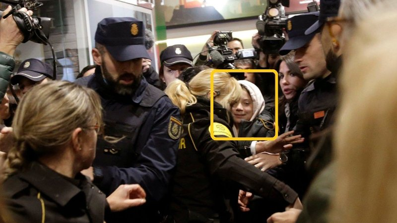Greta Thunberg presset inn med politi.