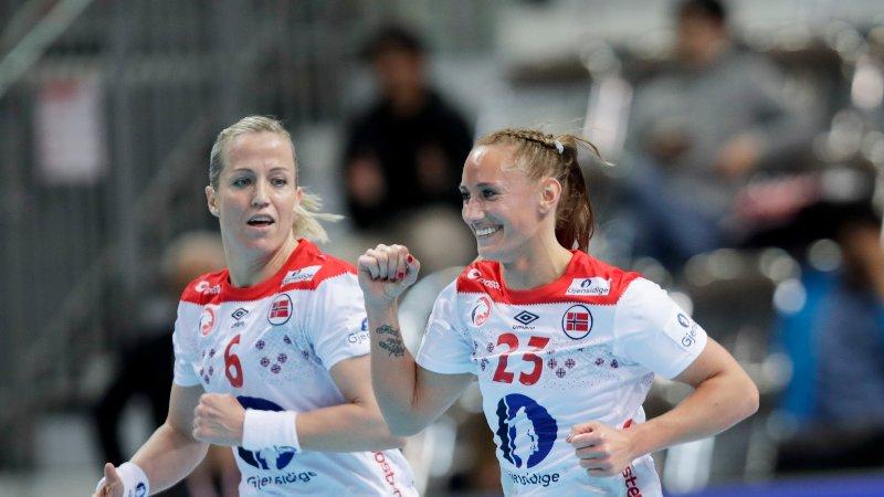 Heidi Løke og Camilla Herrem under VM kampen mellom Slovenia og Norge i Aqua Dome Kumamoto.