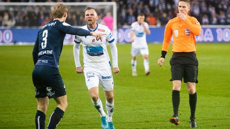 Oslo 20191208. Haugesunds Mikkel Dessler og Vikings Viljar Vevatne i Cupfinalen i fotball for herrer mellom Haugesund og Viking på Ullevaal Stadion søndag.