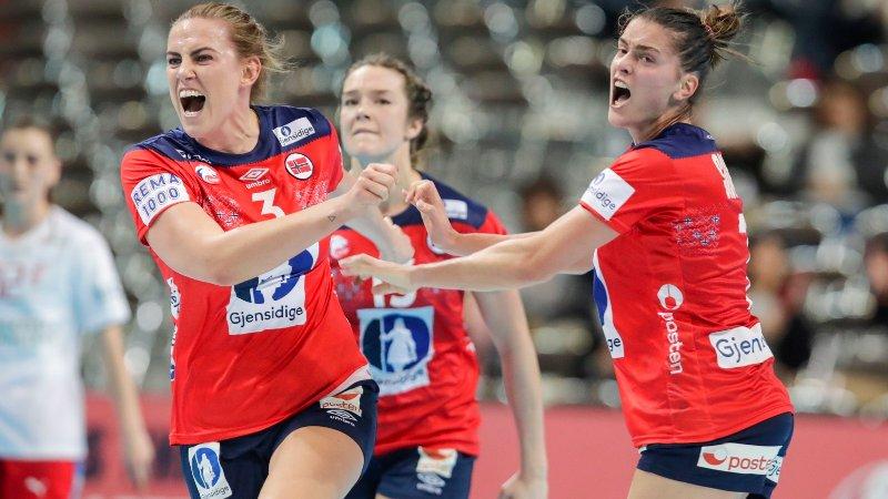 Kumamoto, Japan 20191208. Emilie Hegh Arntzen og Stine Ruscetta Skogrand jubler under VM kampen mellom Norge og Danmark.