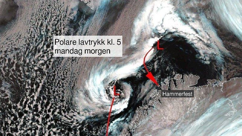 PÅ VEI INN FRA HAVET: Mandag morgen er meteorologene ute og peker på polare lavtrykk som er på vei mot Nord-Norge.