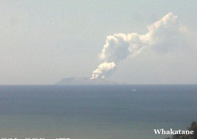 UTBRUDD: Utbruddet skjedde mandag i 14-tiden lokal tid på Whakaari/White Island, som ligger 50 kilometer nord for Nordøya på New Zealand.