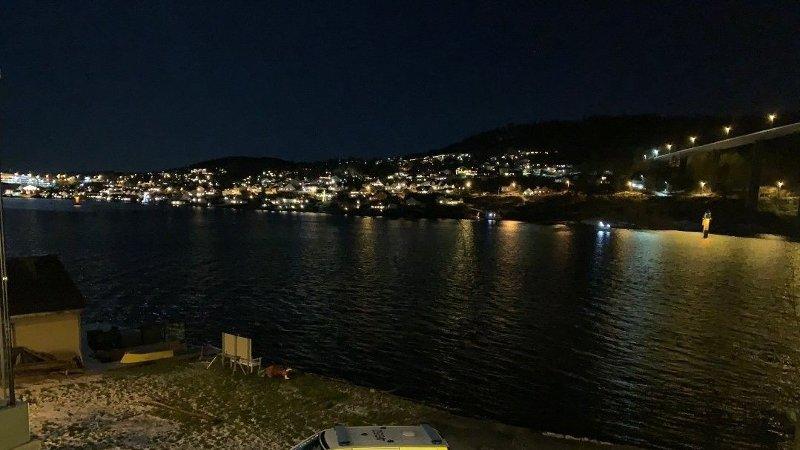 SØK: Mandag kveld satte politiet i gang et søk i vannet ved Grenlandsbrua i Stathelle.