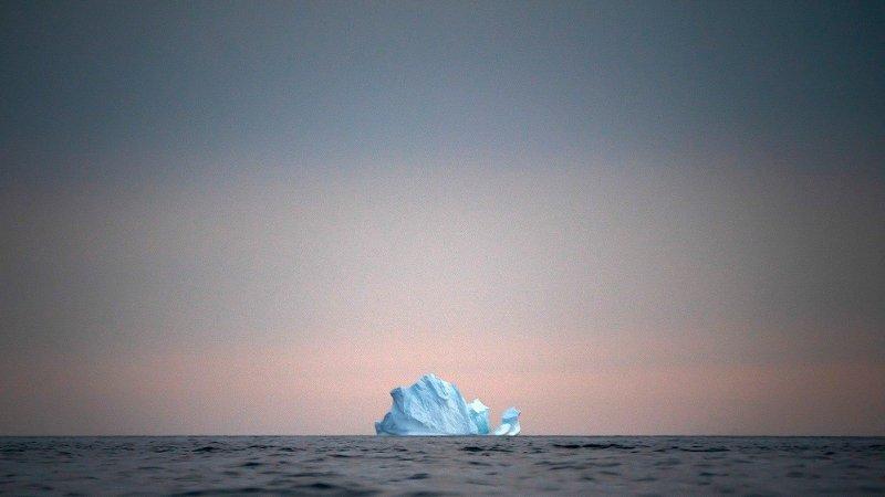 FLYTER: Et isfjell flyter av gårde på havet i solnedgangen nær Kulusuk på Grønland i august i år.