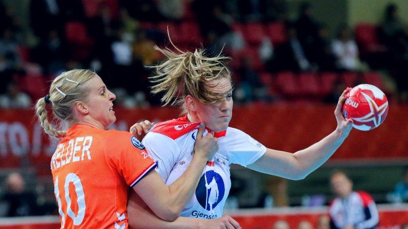 HOLDER UNNA: Danick Snelder og Nederland koblet grepet på Norge med seieren i gruppespillet.. Her i duell Emilie Hegh Arntzen under nevnte kamp.