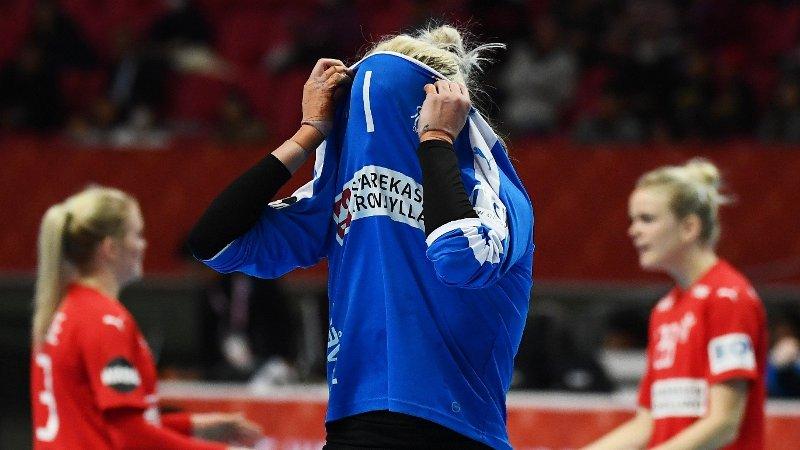 GEDIGEN SKUFFELSE: Stjernekeeper Sandra Toft og Danmark kan se langt etter OL-deltakesle neste år. Det manglet ett mål i onsdagens viktige VM-oppgjør mot Serbia.