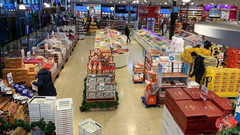 OVERRASKELSE: Å kjøpe godteri fra Sverige blir mye dyrere neste år. Å handle i Sverige selv, som her på Supergott i Strømstad, og selv frakte varene over grensen, vil imidlertid fortsatt være billig.