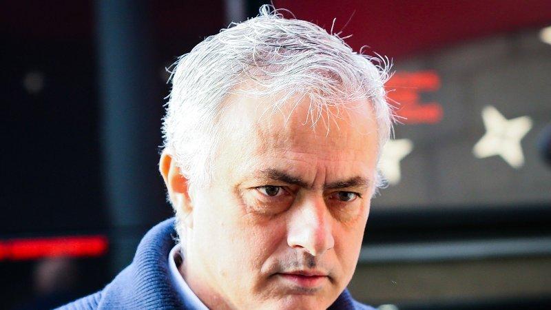 Tottenham-sjef José Mourinho på vei av lagbussen før en kamp.