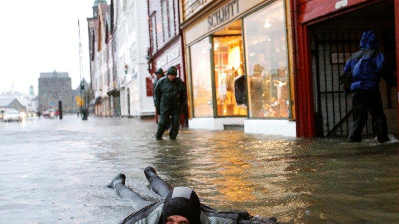 FLOM: Slik så det ut på Bryggen i 2005, da var vannstanden 224 centimeter på sitt høyeste - en centimeter høyere enn det som er meldt onsdag.