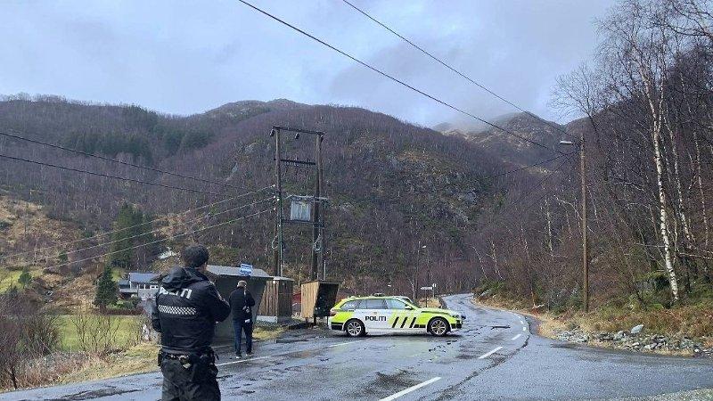 PÅ STEDET: Politiet på plass etter turgåer ble funnet død mandag.