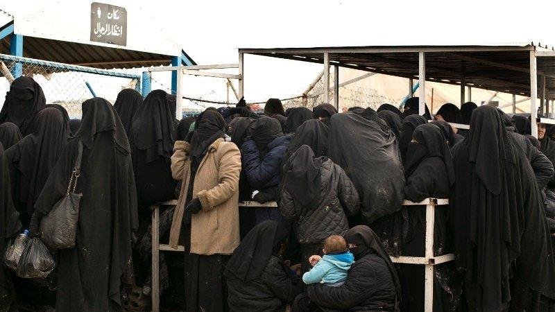 KØ: Kvinner i Al-Hol-leiren i Syria i kø for hjelpeforsyninger i mars i fjor.