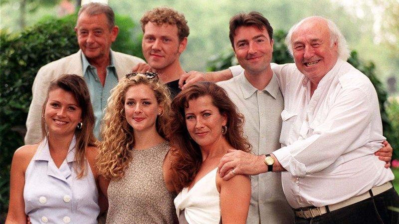 Skuespiller Derek Fowlds er død, melder britiske medier. Her sammen med flere av skuespillerne i serien «Heartbeat».