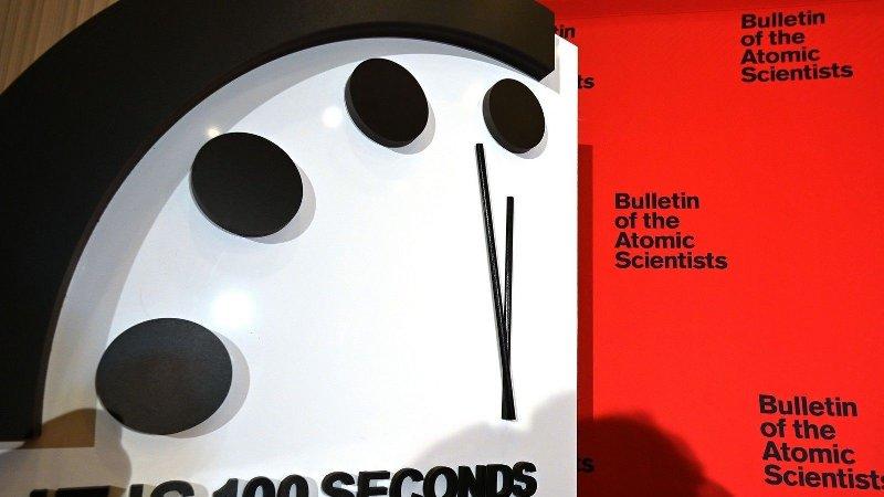 Illustrasjonfoto av dommedagsklokke som står stilt på 100 sekunder før midnatt.