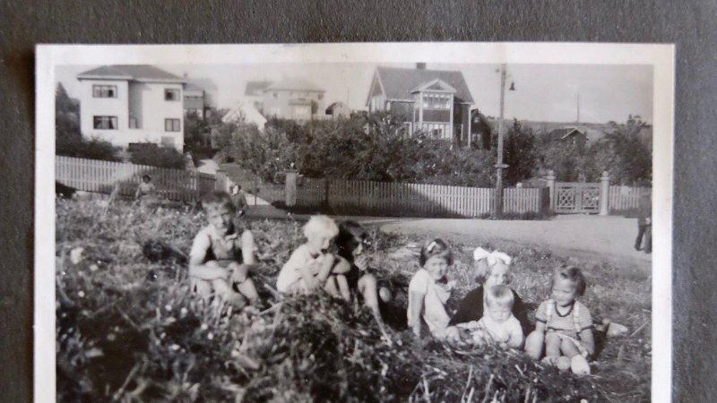 BARNA SOM FORSVANT: Lenge var det ikke noen kjente bilder av søsknene Charles og Fanny Ganz. Så hentet Rolf Skarning fram sitt fotoalbum og sine minner fra barndommens gate på Refstad. På dette bildet tatt sommeren 1939 ser vi Charles helt til venstre og søsteren Fanny som nummer fire fra venstre.