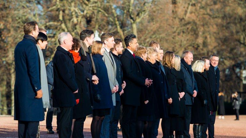 Regjeringenfotografert på Slottsbakken etter statsråd på Slottet i Oslo fredag.