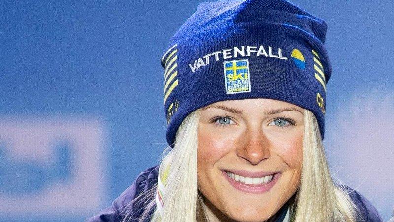 FORTELLER OM TØFF TID: Frida Karlsson. Her fra medaljeseremonien etter 10-kilometeren under ski-VM forrige vinter, der hun mottok sølvet.