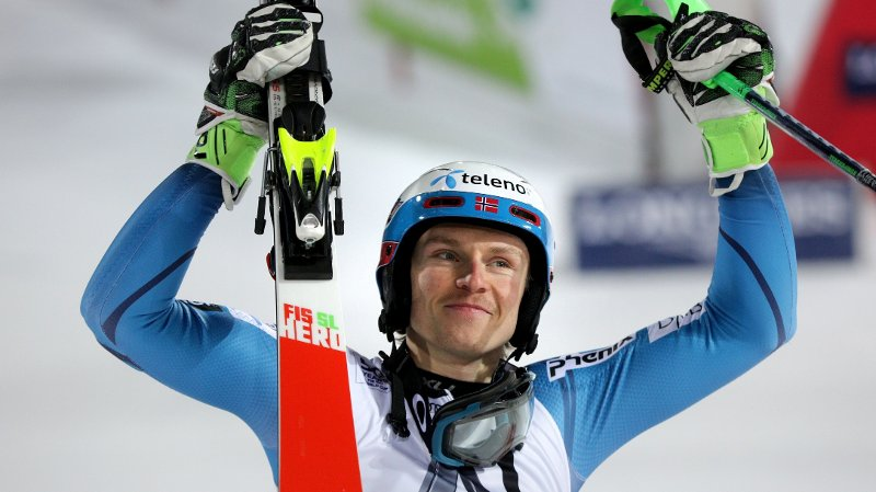 Winner Henrik Kristoffersen of Norway celebrates after the men's slalom at the FIS Alpine Ski World Cup in Schladming, Austria, on January 24, 2017. / AFP PHOTO / APA / GEORG HOCHMUTH / Austria OUT