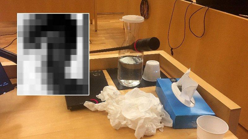 Bilde av vitneboksen. Kleenexpakke og brukte servietter. Bilde av kulturprofilen innfelt og sladdet.