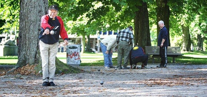 VETERAN Veteran og nybakt NM-mester i petanque Paavo Tikkanen var i aksjon i Kirkeparken i går. FOTO: KJELL-KRISTIAN SIKKELAND