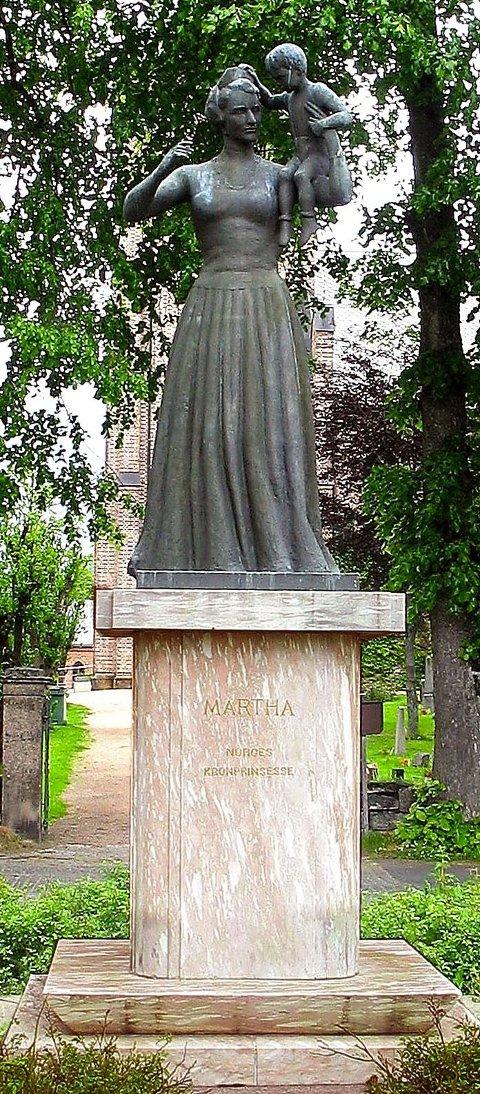 KOM UT TIL SLUTT: I ti år sto Dyre Vaas Märtha-skulptur lagret på Asker brannstasjon. ¿FOTO: TOM MAGNE ARMANN