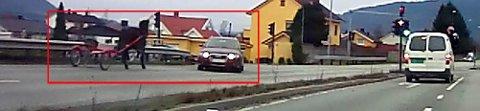 Her kommer veddeløpshesten i full galopp med vogn bak mot kjøreretningen i Rosenkrantzgata - en firefelt hovedvei med 60 km/t sone på det aktuelle stedet. Audien på bildet fikk akkurat svingt unna hesten.
