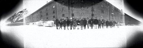 FRYSER TIL IS: Snødrevet fanges ikke opp, men elevene fryser alle muskler til is i 90 sekunder for å få tatt dette bildet.Foto: Preus Museum