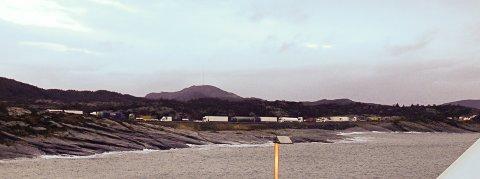 LANG KØ: Lastebilene står langt nord for Arsvågen på Bokn klokka 10 tirsdag morgen. FOTO: FRODE SVEISTRUP