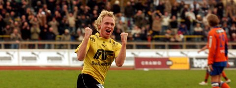 Gode tider: Slik jublet matchvinner Jon-André Fredriksen  mot AaFK i 2004 .  Byen tåler flere slike scener.Foto: Jon-Ivar Fjeld