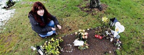 – Når en av dine nærmeste dør unaturlig på sykehus, er du rettsløs, sier mamma Ingjerd Daae. Dette bildet er tatt ved graven til Isak i mai fjor.