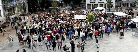 Skolestart i Tønsberg ble preget av at lærerne streiket. Det var folksomt undre dette torvmøtet.