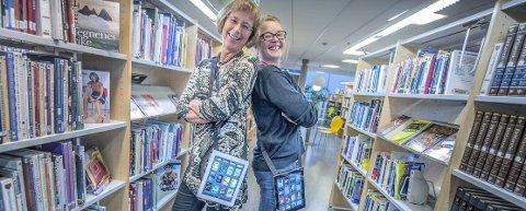 EBØKER TIL UTLÅN: Biblioteksjef Aase-Liv Birkenes (t.v.) og bibliotekar Kristine Mesgrahl viser deg gjerne hvordan du kan låne ebøker fra iPad eller smarttelefon. Nå kan alle som er registrert på et folkebibliotek i Akershus låne ebøker via appen eBokBib. FOTO: CHRISTIAN CLAUSEN