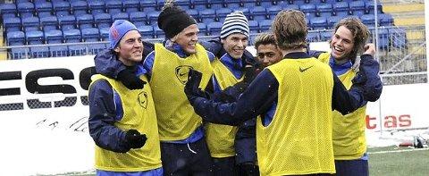 YOUNG BOYS. For første gang i vinter slo ungguttene gamleguttene i Drammen FK på trening. Fra venstre Nicola Gresko, Simen Amundsen, Anders Myrvold, Huseiyn Engin, Espen Lunda og Anders Amundsen.