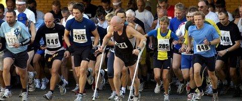 Oddbjørn Homstvedt løp med krykker, som han gjør hvert år. Dette bildet er fra Årsefjorde rundt i 2005.