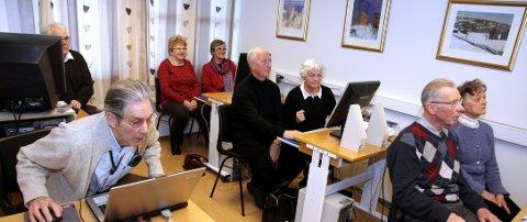 Datakurset for viderekommende er i gang på Havnaberg. Foran f.v. Frank Larsen (79), Oscar Osmundsen (79), Bjørg Brummenæs (77), Marit Løvvig (72), Bjørn Christensen (74), Bjørg Christensen (74), Ragnhild Hustvedt Aarvik (77) og Einar Vestvik (78).