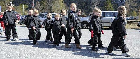 Spente unge turnere på vei inn i Numedalshallen, for å delta i Numedalsstevnet lørdag. FOTO: OLE JOHN HOSTVEDT